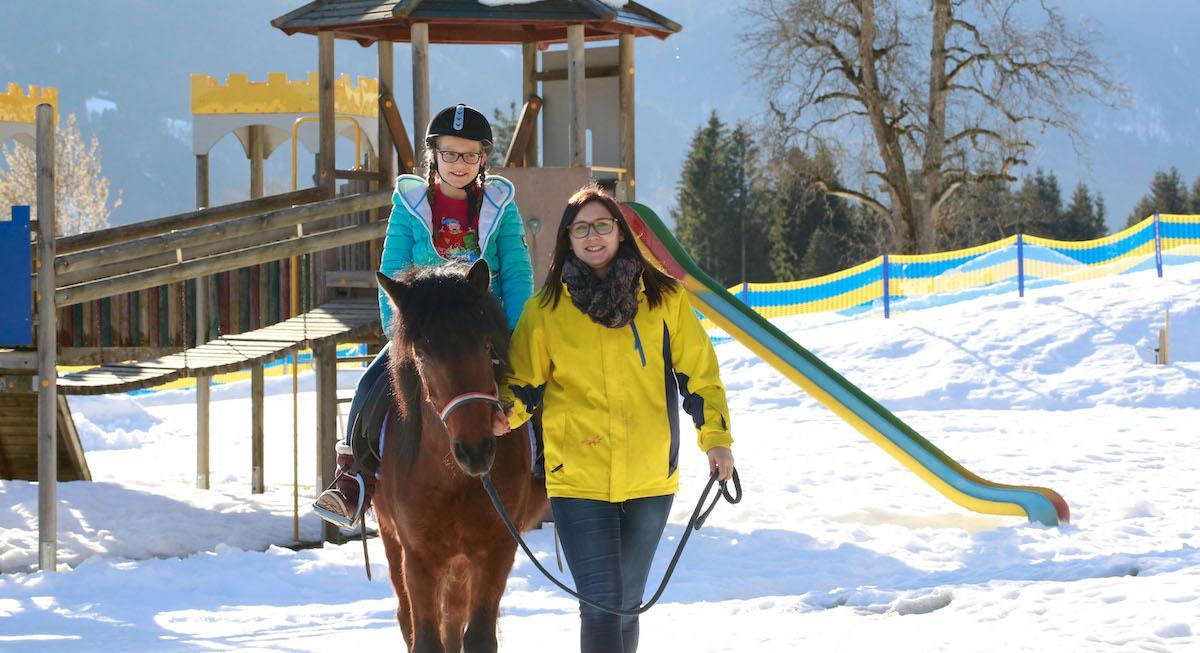 Familienurlaub Kinderhotel Ramsi Reiten im Winter